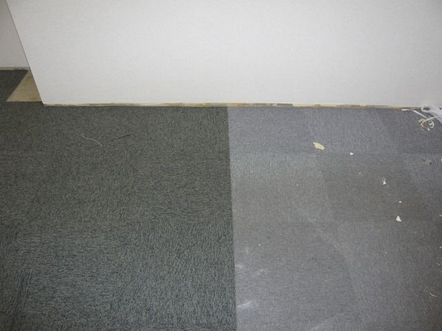 タイルカーペット使用前(左)使用後(右)
